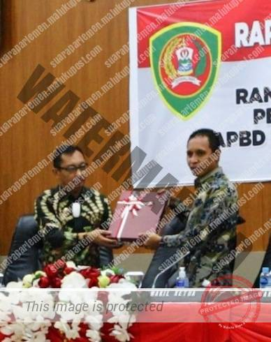 Wakil Gubernur Maluku, Barnabas Orno Menyerahkan Ranperda Pertanggungjawaban APBD TA 2020 Kepada Wakil Ketrua DPRD Maluku, Melkianus Sairdekut