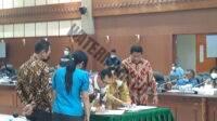 Wakil Gubernur Barnabas Orno bersama Ketua DPRD Maluku Lucky Wattimury, Wakil Ketua DPRD Melkianus Sairdekut dan Rasyad Effendi Latuconsina menandatangani persetujuan penetapan Perda Pertanggungjawaban APBD Gubernur TA 2020